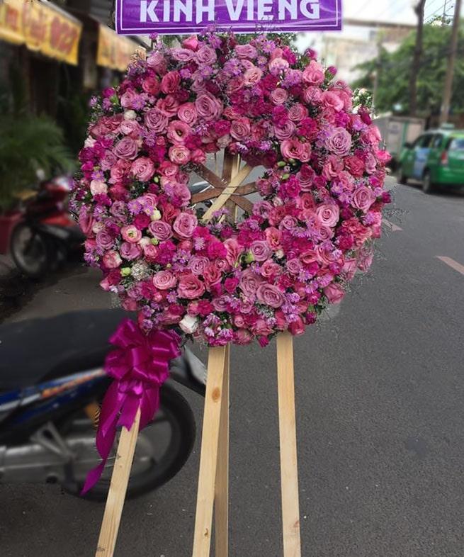 7 goi y chon vong hoa phung dieu dam tang theo mau sac